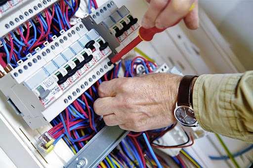 Pourquoi opter pour un électricien professionnel est mieux que le bricolage