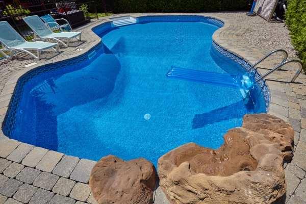 Bâche de piscine: est-ce indispensable uniquement pendant l'hiver?
