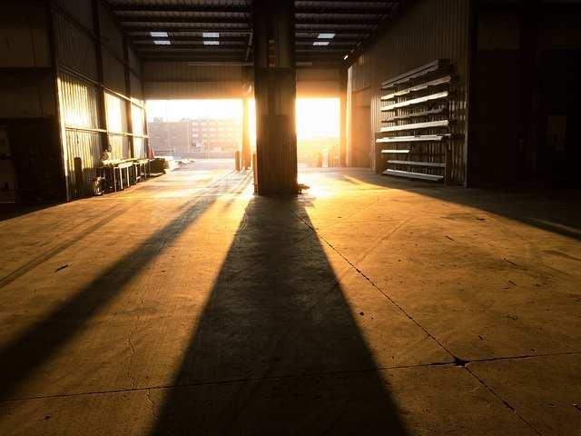 Choix d'une porte de garage commerciale : les points essentiels à retenir